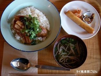 店内は、木を基調とした、あたたかな雰囲気。ランチは3種類から選べて、どれも900円◎ 東南アジアを中心とした他国籍料理は、どれもハズレなしのおいしさです。
