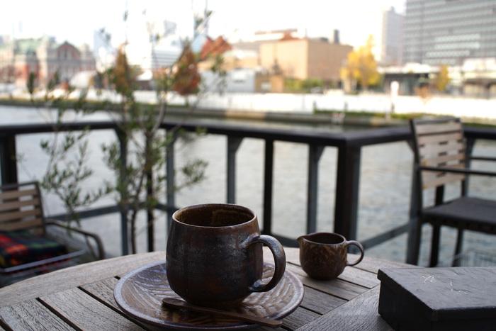 時間がある時は、テラス席でゆったりとコーヒーを飲むのもいいですね。西に視線を馳せれば、大阪レトロビルの代表とも言える『中之島中央公会堂』と『中之島図書館』の並ぶ姿を眺めることができます。