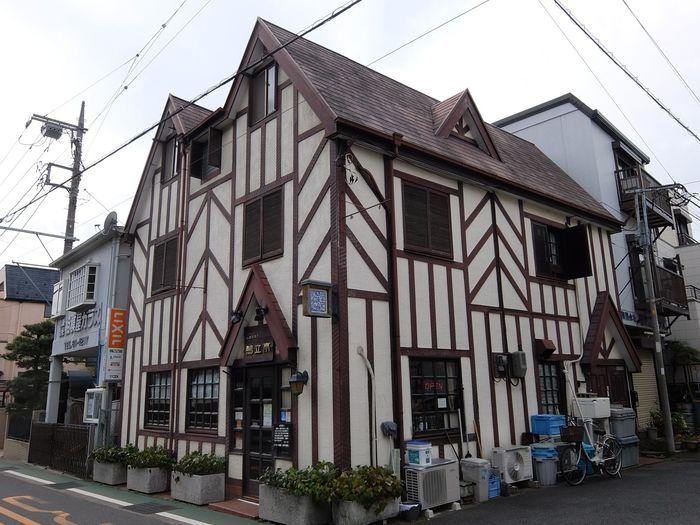大磯駅からほど近くにある、洋館風のレトロな建物がステキな洋菓子店。1979年創業のお店は、地元ではケーキや手土産を買うのに定番のお店です。葉山の支店も有名ですが、本店はこちら、大磯。店名は大磯の名所でもある、日本三大俳諧道場の一つである鴫立庵からとられました。