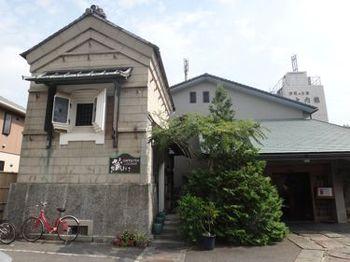 東海道沿いにある、由緒ある旅館「汐彩のお宿大内館」のすぐ隣り。コーヒーの幟旗がなければ見逃してしまいそうな場所にひっそりと佇むコーヒー店「蔵にて」。その名の通り、大正時代の蔵を改装して作られた、雰囲気バツグンのカフェです。