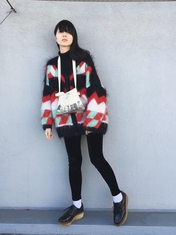 インパクトのある柄が個性的で可愛いフワフワニットカーディガン。個性的な靴やバッグと合わせると、それぞれの魅力が引き立ちますね。