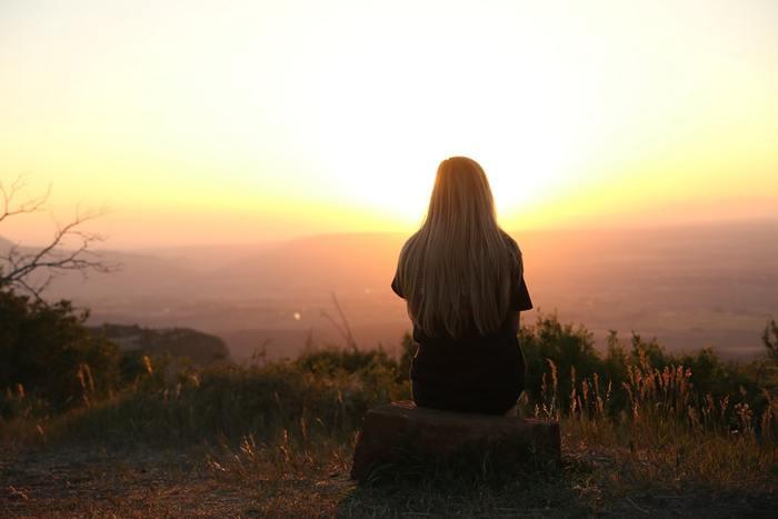 忙しい毎日を送っていると、常に何かしらの心配や悩み事を抱えがちになるもの。でも、頭で考えていても何も変わらない問題も意外と多いですよね。そんな諸々の考え事を一旦手放して、空っぽになる5分間を作りましょう。習慣化されれば、気持ちの切り替え方が分かるようになりますよ。