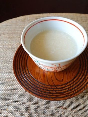 """""""飲む点滴""""と言われるほど栄養のある甘酒。原料となる米麹は、発酵するとお米のデンプンをブドウ糖やオリゴ糖に変える働きがあるとされているので、オリゴ糖は腸内環境を整えてくれる腸活におすすめの飲み物なんです。そのまま飲むのはもちろん、味わいを変えたり、スイーツにアレンジしてみませんか?"""