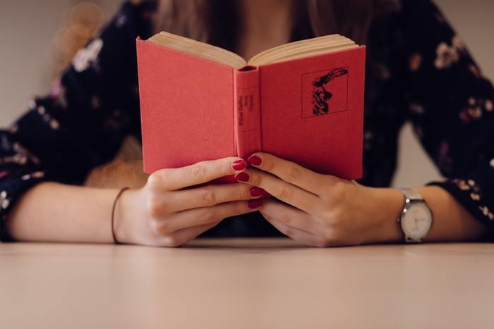 """知識や教養を身に付けるために欠かせない""""読書""""。でも、分厚い本はちょっと手が出しにくいものですよね。そんな時も、5分のプチ習慣が役立ちます。一気に読もうと意気込むのではなく、""""毎日数ページずつ""""というのんびりルールで読み進めてみましょう。"""