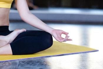 運動が苦手な方は、体をゆっくりほぐすヨガにトライしてみては?呼吸も深まりやすくなり、新鮮な空気を体内に取り入れることができます。