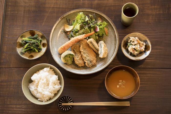 元工場というだけあって、店内は広々としたシンプルな空間。ランチの食材には、地元大磯で水揚げされたお魚と、無農薬栽培で作られた野菜が使われています。体が喜びそうな美味しいメニューがいただけます。