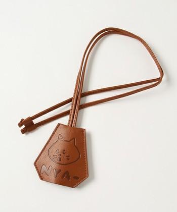 レザー調の素材がナチュラルな趣を醸すキーカバー。その日のバッグに合わせられるよう色違いで揃えたい!