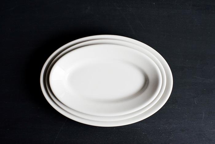 Saturnia Tivoliのオーバルプレートは、分厚すぎず、それでいて、適度の厚みがあり、何を盛り付けても、お料理を美味しく見せてくれる実力派。家庭で毎日使うのに丁度良いプレートです。