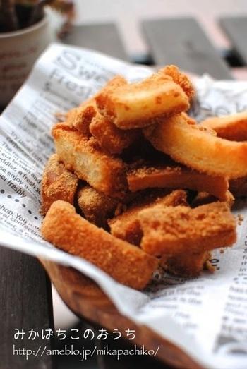 パンの耳といえば、揚げて砂糖をまぶしたおやつを思い浮かべる方も多いのでは?シンプルだけど予想以上の美味しさですよね!いつもの揚げたパン耳にきなこをまぶしたら……なつかしの給食の揚げパン風味に♪