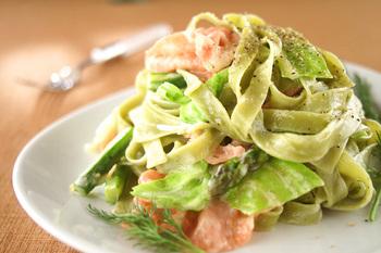 平たく幅が広いフェットチーネは、ソースが良く絡むのでクリーム系のレシピとの相性が抜群。こちらは、ほうれん草をねりこんだ緑色のパスタを使って仕上げています。