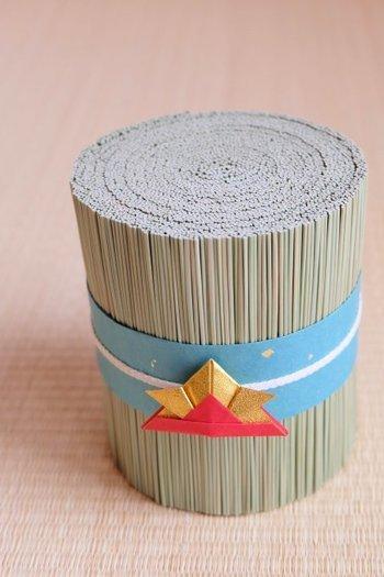 い草をまとめたものを折り紙の兜でデコレーション。可愛いお正月飾りですね♪