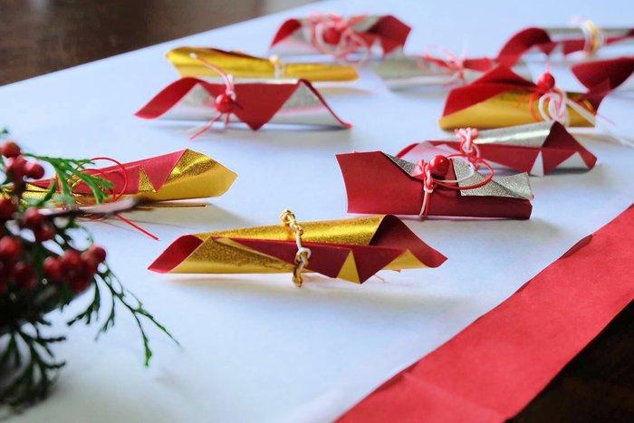 お正月のお飾りは、折り紙を使うと簡単に華やかにできあがります。金や赤をうまく使って豪華な箸置きに!