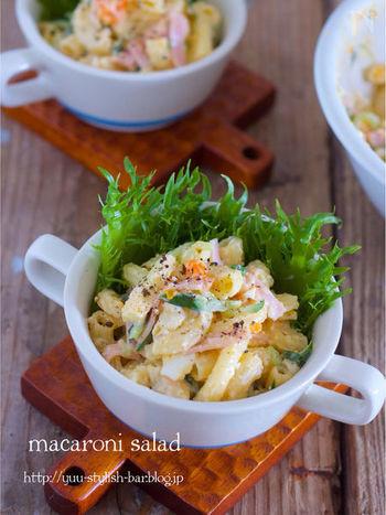もうひとつ、マカロニをつかった料理といえば、マカロニサラダですよね。茹であがったマカロニにオリーブオイルを絡めるのがポイント。粉チーズもたくさんふりかけて、旨味たっぷりのレシピです。