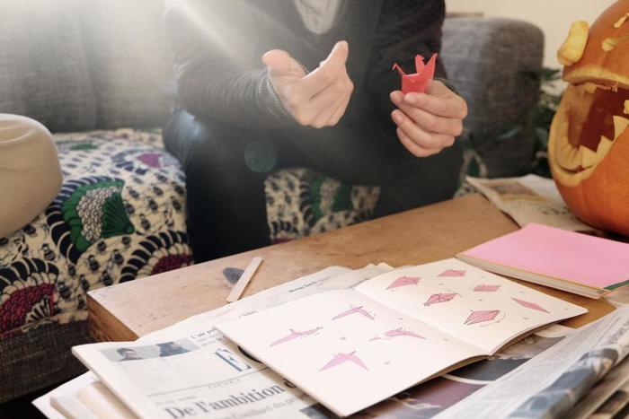 折り紙と言えばやはり日本の大切な文化の一つですが、今や英語でorigamiと呼ばれるくらい世界的にポピュラーになっているんですよ♪また、完成した折り紙を、そのまましまい込んでしまうのはもったいない!ということで、お部屋の装飾やメッセージカードとして活用する方法もあるんです!それでは、海外でも紹介されている素敵な折り方や活用法をご紹介します♪