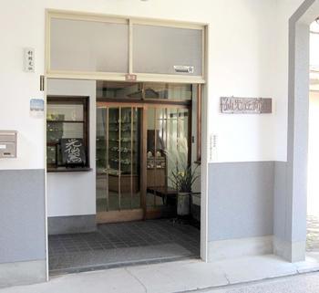 「九谷光仙窯」は、明治3年創業の歴史ある窯元。ろくろによる成形から上絵付までの工程を「手作業」にこだわって、九谷焼の制作に取り組み続けています。