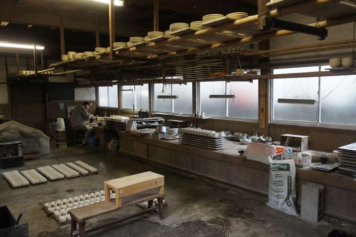 九谷焼の制作現場、それも、現役の職人さんがいつも作業している場所を覗けるのは、とても貴重な体験。焼きあがった後の煌びやかな器のイメージとは異なり、もともとは土から作られていることを、実感できますね。