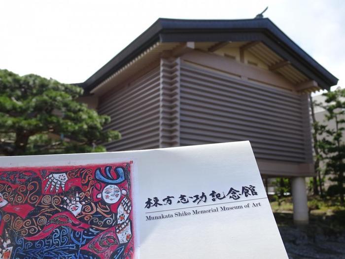 「わだば(わたしは)ゴッホになる」という言葉も残す、青森が生んだ天才「棟方志功記念館」。 1903年青森市に生まれ、1924年絵を志し上京、1928年第9回帝展に油絵を出品し入選、その後、版画の道に入って行きます。1936年に国画会に出品した「大和し美し版画巻」が日本民藝館に買い上げられ、柳宗悦・濱田庄司・河井寛次郎ら民藝運動の指導者との交流がはじまり影響を受けました。 「展示する作品は30点くらいがいい」という棟方の意向で、年4 回の展示替えを行いら常時30点くらいを展示。