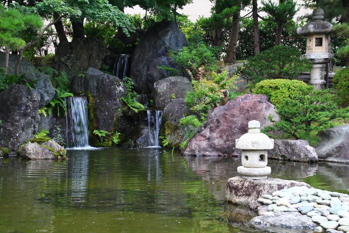 1975(昭和50)年開館の「棟方志功記念館」に、調和するように配された池泉回遊式の日本庭園は、季節の移ろいを感じさせてくれます。