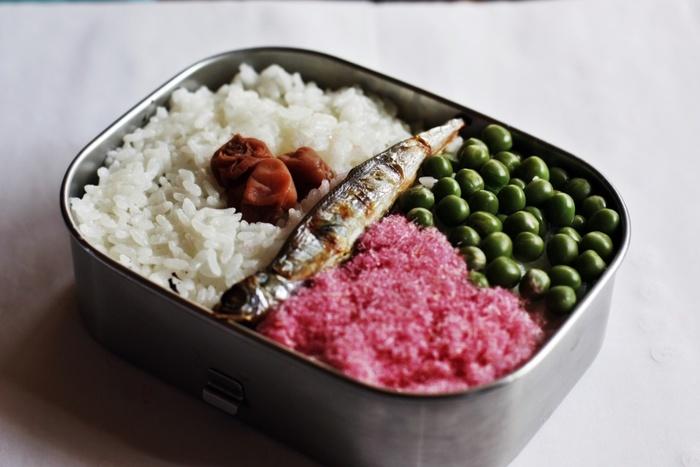 しっかり者のサツキちゃんが、お父さんの分と自分の分、そして妹のメイちゃんのために作ったお弁当。素朴ですが愛情たっぷりのお弁当ですね。
