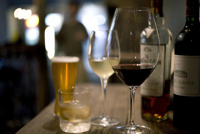 カクテル以外にも、フランスのフルボディをはじめとしたワインを10種ほどと、アイラを中心としたウイスキーも揃えられています。また、クラフトビールも常時4種類置かれているのですが、こちらはスパイスを利かせたお料理にもぴったり。ぜひ一緒に味わってみて下さい。