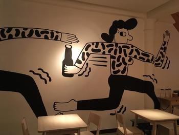 北欧らしいロゴやラベルデザインが光るボトルビールや、ミッケラー自慢のアートが施された店内の壁画など…。古い街並みが残る大稲埕(ダーダオチェン)で注目を集めるおしゃれスポットです。