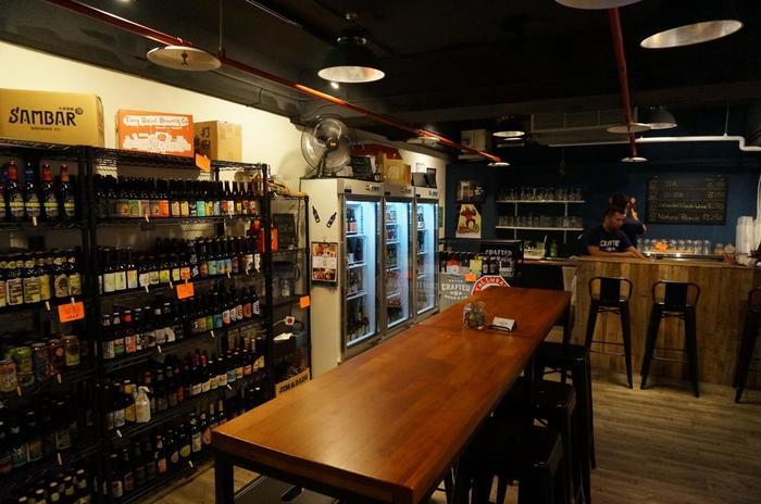 店内にはボトルビールがずらり。冷蔵庫に入っているビールは、店内でもちろん飲めますよ◎。スイートポテトビールなど、あまり見たことのない変り種も多く並んでいるので、お土産にしても喜ばれそうですね。