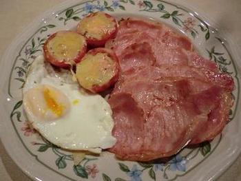 ボリュームたっぷりのベーコンエッグに、トマトのチーズ焼きを添えて。お休みの朝にゆっくりと楽しみたい贅沢メニューですね。