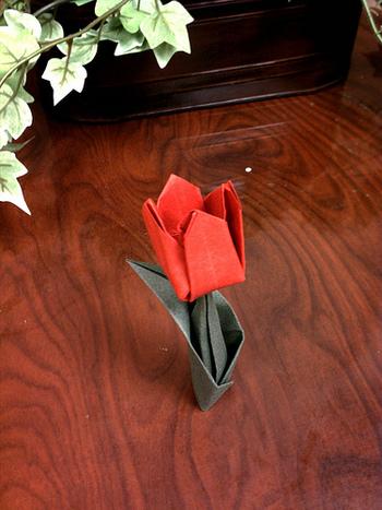 こちらは立体的に折るチューリップ。生花のように花瓶に挿して、インテリアとしても使えそうです♪