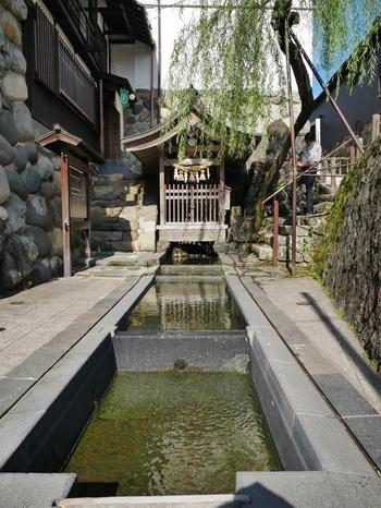 宗祇水は日本名水百選の第1号に指定されている湧水です。「水の郷百選」にも指定されている宗祇水は、郡上八幡の湧水におけるシンボルともいえる存在です。