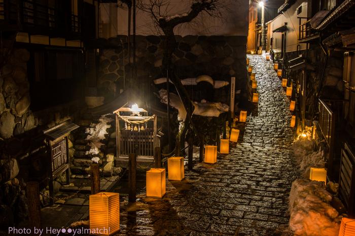 冬になると、宗祗水脇の石畳の小径には、路地行灯が燈され、周囲は幻想的な雰囲気に包まれます。