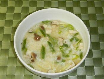 こちらは、しめじやネギを使って味噌仕立てにしたジコ坊風雑炊。身体が芯から温まりそうです。たまには、こんな朝食も優しくていいですね。