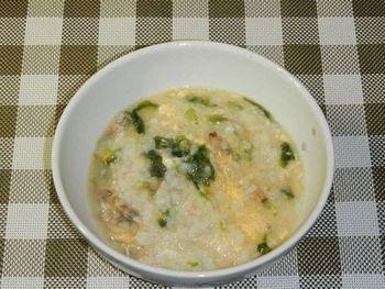 こちらは、あさり入りの雑炊。あさりは、いい出汁が出ますね。このレシピでは冷凍あさりを使っているので、とても手軽にできます。もちろん、殻付きあさりもおすすめ。