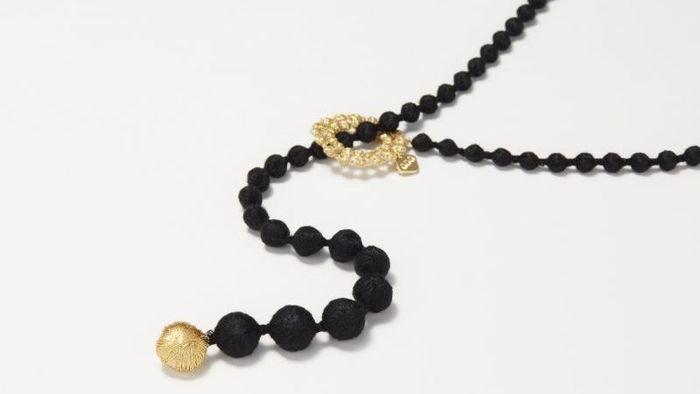 「Y」スタイルのユニークなデザインがおしゃれな「スフィア・ラリエット」。紐状のネックレスの片方にはメタリック糸でできた大玉、もう一方にはリング状の繊細なレースモチーフがあしらわれ、その間をシルク糸でできた数珠モチーフでつなげています。