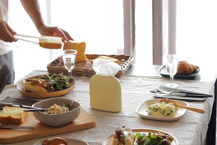 まるでオブジェのような美しさが漂うティッシュケース「PICCOLA」。スリムな形は食卓に置いても邪魔にならず、テーブルに美しさをもたらすような佇まい。