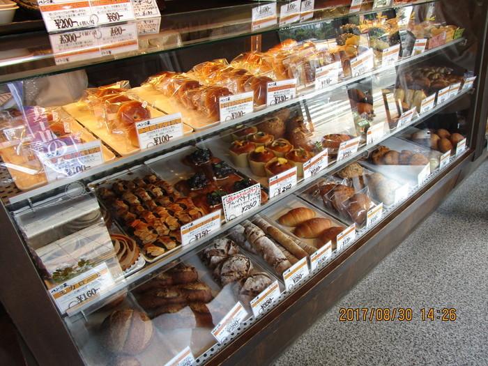 店内にはビッシリとパンが並んでいます。どれも絶品ですが、初めてで迷ったら、名物のあんぱんがおすすめ。小ぶりですが、あんこがしっかりと入っているので、1つでも大満足。お土産にしても喜ばれますよ。