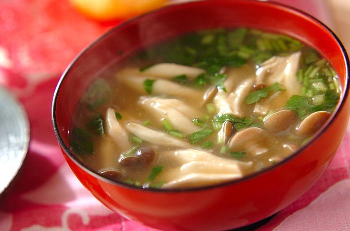 ショウガ汁(すりおろしたショウガのしぼり汁)を合わせたお味噌汁。味わいだけでなく、香りも若干スパイシーに。心も体も温まりそうです。シメジなどのきのことも相性ぴったり。