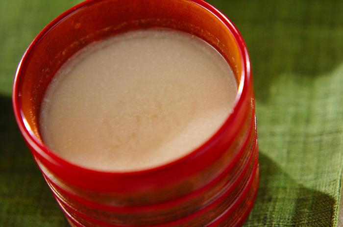 朝起きたら、小鍋に「酒粕」、「砂糖」、「水」を入れて、コンロを点火。しばらくすると、甘く、やさしい香りが台所に漂いはじめる――。そんな習慣を身につけて、朝からリラックスタイムを満喫してみてはいかがでしょう。 小鍋でできあがった甘酒に、仕上げとしてショウガとハチミツの甘みをプラスした、ポカポカドリンク♪胃の調子が悪い時も、身体が喜ぶ味わいです。