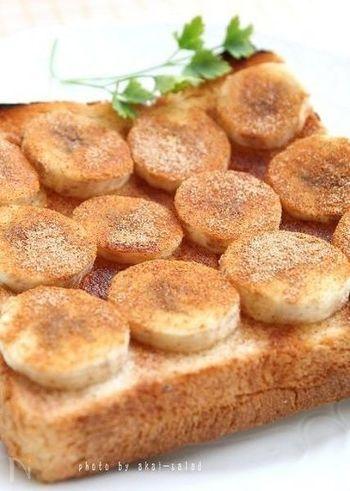 朝から糖分をチャージしないと、頭が働かない…という方におすすめ。熱を通して甘くなったバナナにシナモンをたっぷりかけたトーストはいかがでしょう。お腹にしっかりたまる、ごちそうレシピです♪