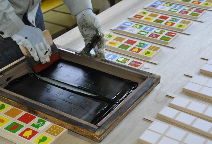 どちらもイラストはシルクスクリーン印刷で、職人の手により丁寧に作られています。やすり掛けや箱作りなど、随所に職人の手仕事が携わっている商品です。