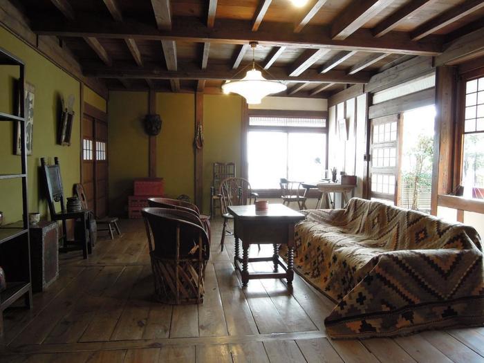 「ぼくの家は農夫のように平凡で、農夫のように健康です」と語り、愛着を持っていた自邸内部は、シンプルでいながら芹沢らしい小粋な雰囲気です。
