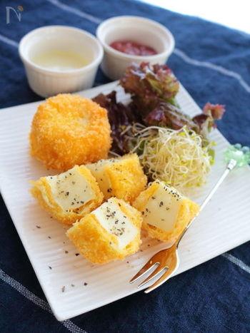 居酒屋でもよく見かけるチーズフライ。美味し過ぎて、止まらなくなりますよね。でも実は簡単に作れるんです♪揚げるときのポイントは、チーズが衣から溶ける前に油から取り出すこと。フルーツソースをつけて食べても美味しいですよ。