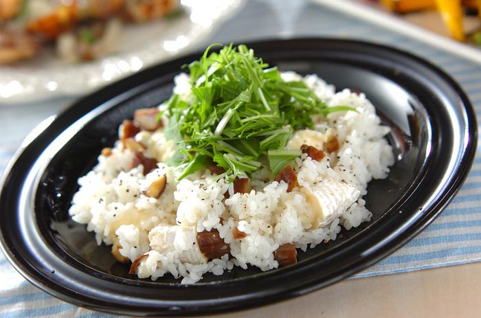 ちょっぴり変り種レシピの栗とカマンベールチーズの混ぜごはん。栗とチーズ、黒コショウの風味が口いっぱいに広がります。