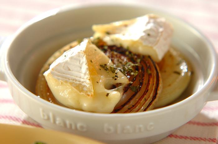 じっくり焼いた甘い玉ねぎにカマンベールチーズをのせて火を通すだけのお手軽レシピ。黒コショウがいいアクセントに♪