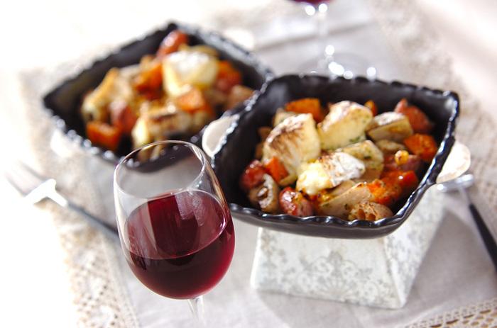 野菜も取れて栄養バランスもOKな簡単おつまみレシピ。耐熱皿に具材とカマンベールを入れ、オーブンで短時間焼くだけです。ワインやビールと一緒にどうぞ♪