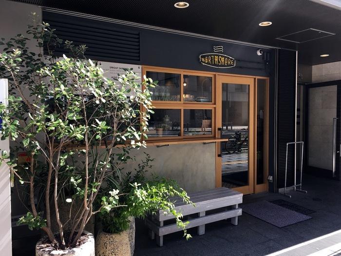 北浜駅を真っ直ぐ北へ。こちらも土佐堀川を臨むテラスが人気の『ノースショア』。たっぷりの新鮮な野菜や果物を使ったヘルシーメニューと一緒にコーヒーがいただけるお店です。
