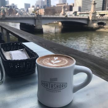 こちらはゆるやかな流れの土佐堀川を眺めながら、美味しいコーヒーを飲む事ができる事で人気のテラス席。エスプレッソやラテのドリンクメニューも豊富ですよ。