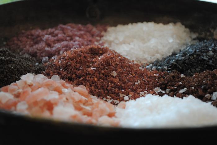 塩の種類によって同じしょっぱさでも味わいはさまざま。塩キャラメルを作る時には、塩の種類を工夫してみるのもおすすめです。塩麹や塩レモンなどを合わせるレシピもありますので、アイディアを膨らませていろいろ組み合わせてみてください♪
