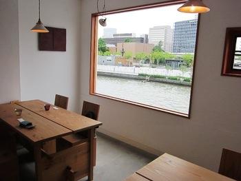 店内は、土佐堀川を一望できる2階席とテラス席の他に、地下にはカウンター席があります。