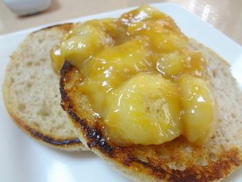 <塩キャラメル×バナナ> 火が通ってとろ~り食感のバナナに塩キャラメルが絶妙にマッチ♪お砂糖ではなく、ハチミツを使っているところも注目の体に優しいレシピです。