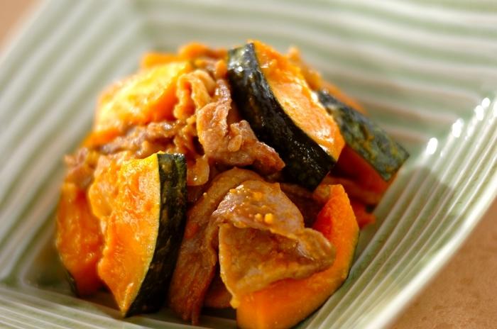 【カボチャと豚肉のみそ炒め】  ほっくり甘いかぼちゃと相性の良い味噌を炒めたおかず。かぼちゃはレンジでチンしてから炒めるので、短時間で調理できるのが良いですね。豚肉のコクで味噌の旨みもアップしますよ。